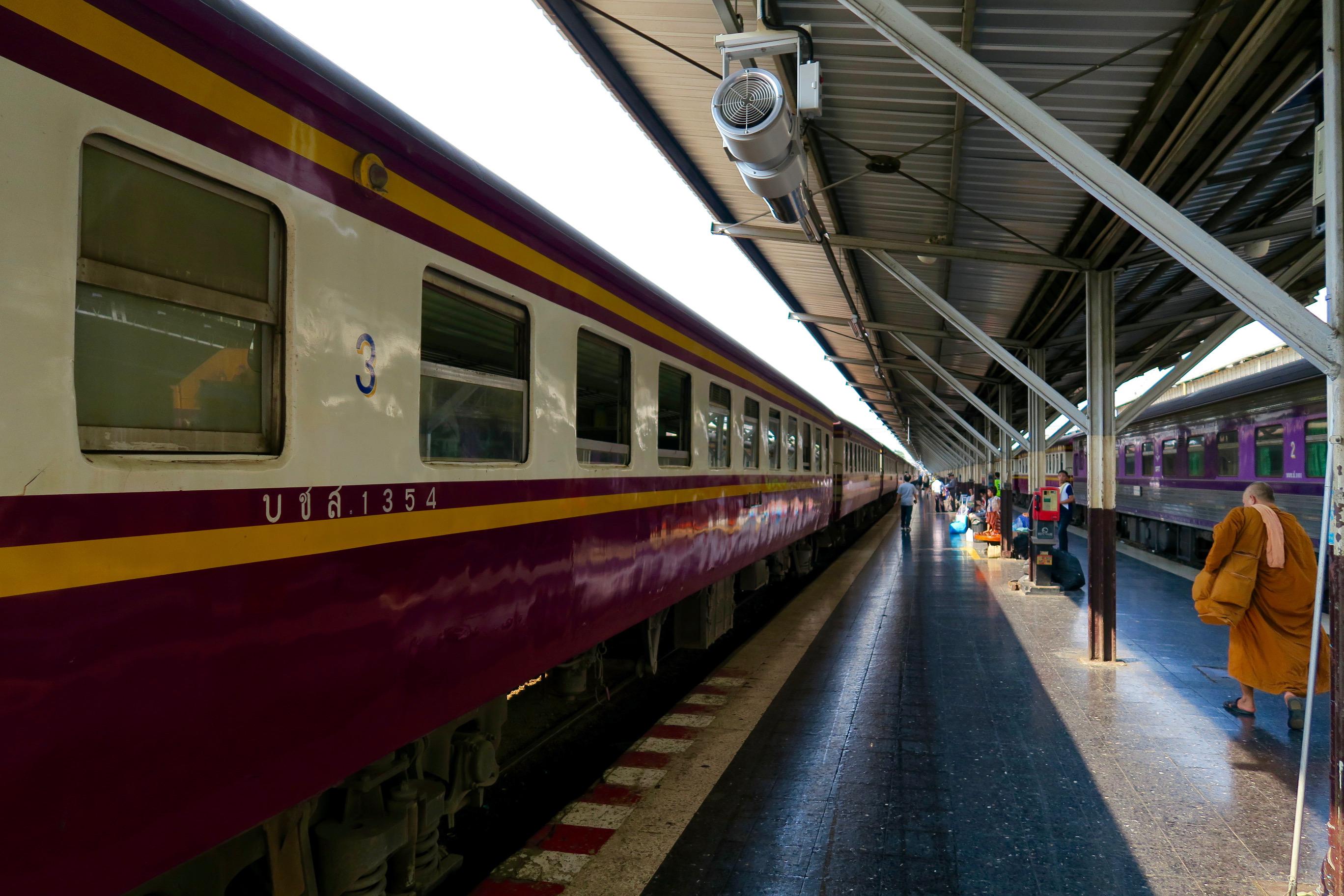 Normaler Zug in Thailand